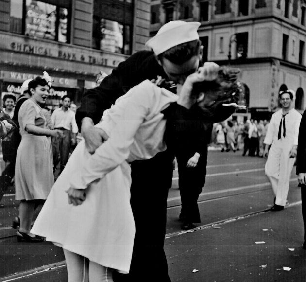Beso histórico entre marinero y enfermera en Nueva York